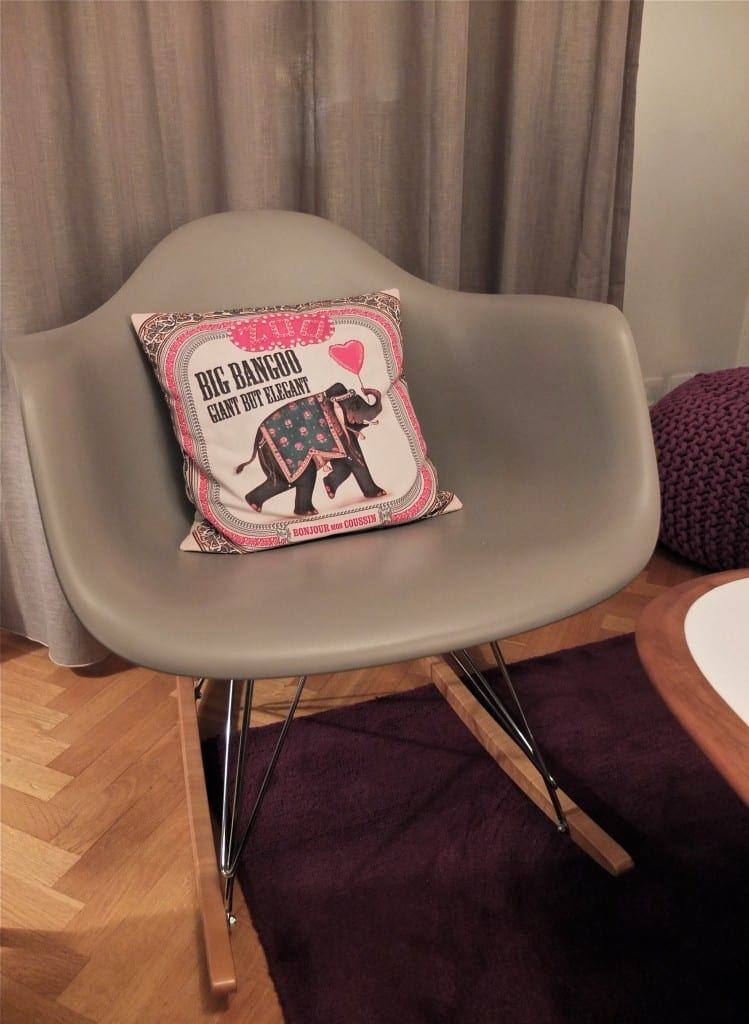 A touch of pink mes petites paillettes for Reedition chaise eames